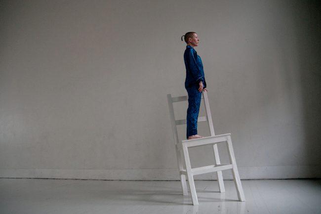 Kvinne står på en