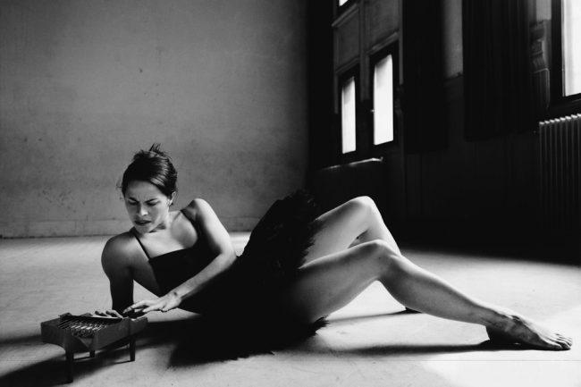 kvinne på gulvet spiller på miniatyrpiano