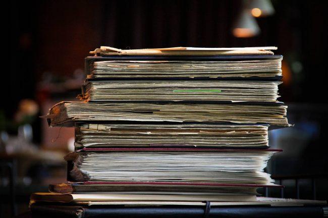 stabel med gamle bøker