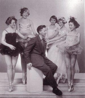 Henry Haagensen i 1953 omkranset av sine elever, Bodil Øiesvold (15), Elinor Mevåg (14), Ingebørg Nordvik (14), Kirsten Foshaug (gift Lian)(12) and Inger Anderson (14) som senere danset på Chat Noir i Oslo. Foto: Carl Knutsen. Tilhører Ofoten Museum.