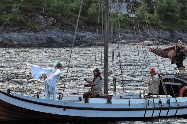 "Tre mennesker i en båt. Fra forstillingen ""Sinsitnine"" (2019)."