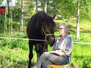 Bilde av Bibbi Winberg og hesten hennes