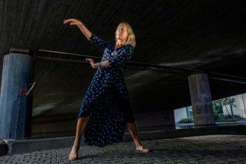 Ada Einmo Jürgensen danser i blå kjole.