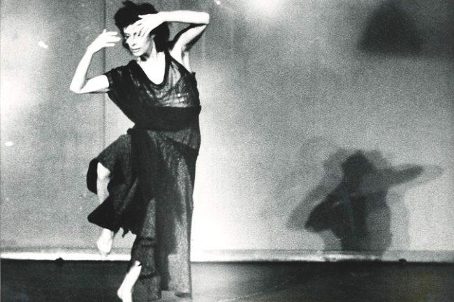 Lise Ferner danser med lang kjole