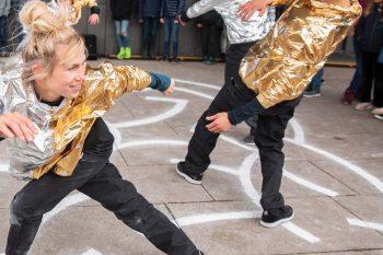 To personer danser i gulltopp.